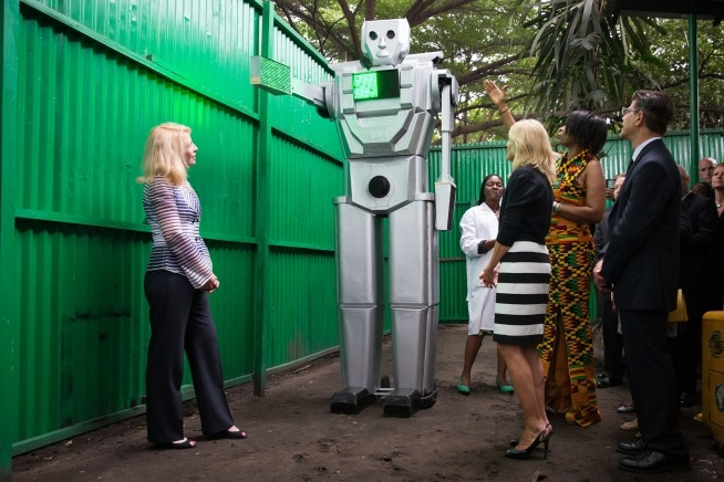Thérèse Izay Kirongozi presenting her traffic robot