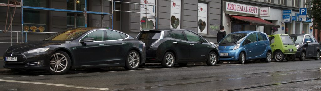 Tesla_Model_S_Nissan_LEAF_Peugeot_iOn_Buddy_Th!nk_in_Oslo_2013_cropped