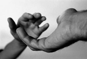 Dos manos agarrándose.