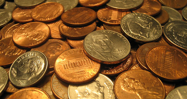 An assortment of United States coins, including quarters, dimes, nickels and pennies. Author: Elembis.